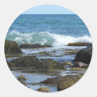 Rocas del océano en el Block Island Pegatina Redonda
