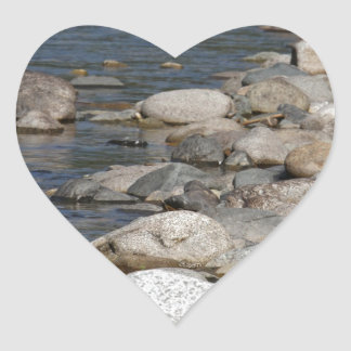 Rocas del río pegatina en forma de corazón