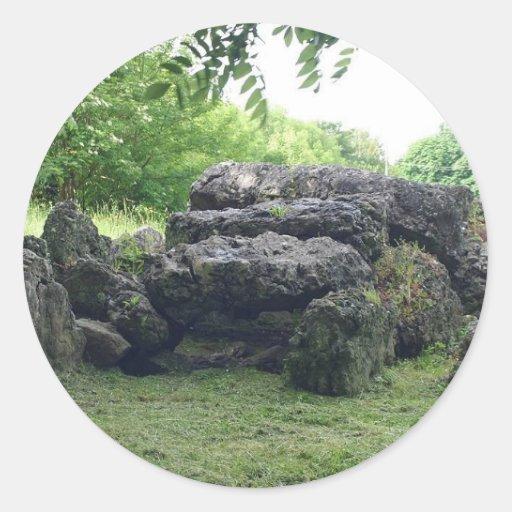 Rocas en campo verde etiqueta redonda