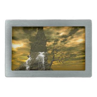 Rocas en el mar con las cascadas hebillas de cinturon rectangulares