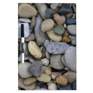 Rocas en la playa pizarras blancas