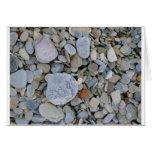 Rocas en la tarjeta de felicitación de la playa