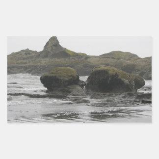 Rocas gigantes en orilla rectangular pegatina