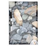 Rocas, piedras, y tablero seco del borrado de la g tableros blancos