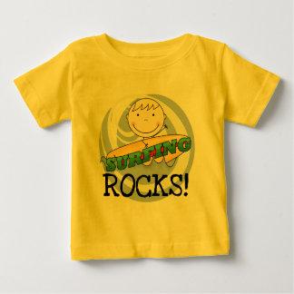 Rocas que practican surf - camisetas y regalos remera