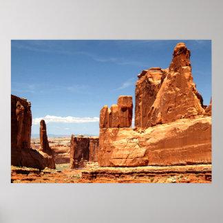 Rocas rojas en el parque nacional de los arcos póster