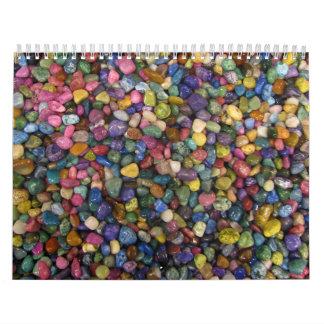 Rocas y guijarros brillantes lisos coloridos calendario de pared