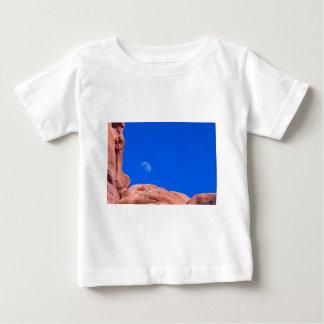 Rocas y luna rojas 02 remeras