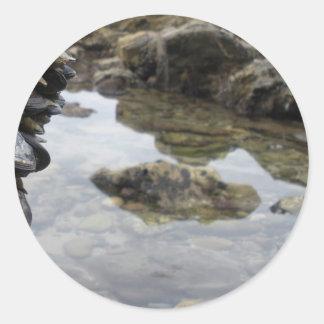Rocas y músculos de la playa de Newport Pegatina Redonda