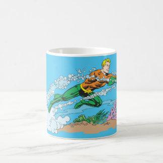 Rociadas de Aquaman a través del agua Taza Clásica