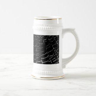 Rocío en la plata brillante del Web en diseño Jarra De Cerveza