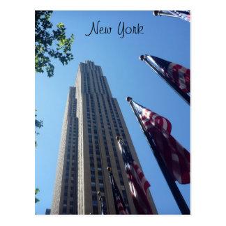 Rockefeller señala por medio de una bandera encima postal