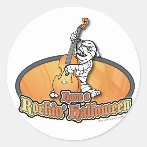 Rockin Halloween con la momia en el bajo vertical Etiquetas Redondas