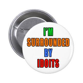 Rodeado por Idoits Pin Redondo 5 Cm