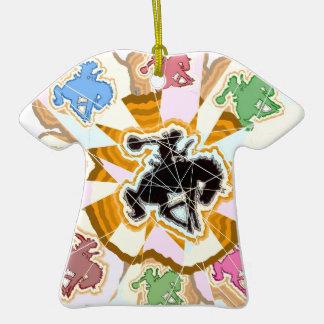 Rodeo del arco iris adorno de cerámica en forma de playera