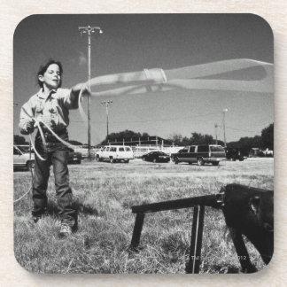 Rodeo menor, chica (7-9) que practica cómo utiliza posavaso