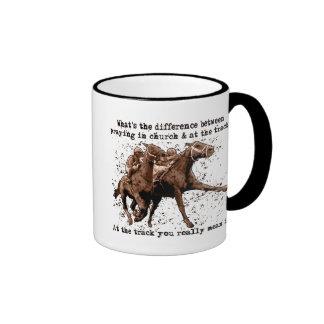 Rogación en las carreras de caballos taza de café