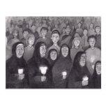 Rogando por la luz de la vela en Lourdes, Francia Tarjetas Postales