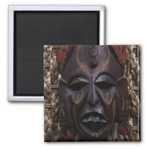 Rojo africano ritual tallado de madera tribal de B Imanes De Nevera