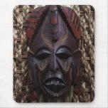 Rojo africano ritual tallado de madera tribal de B Alfombrilla De Ratón
