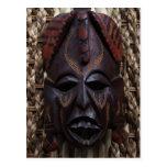 Rojo africano ritual tallado de madera tribal de postal