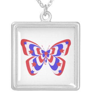 Rojo, blanco, azul con el collar de la mariposa de