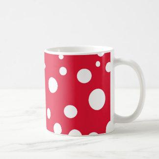 Rojo brillante con los lunares blancos taza básica blanca