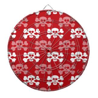 Rojo carmesí y huesos del cráneo y de la cruz del  tablero dardos