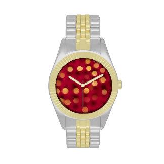 Rojo con el reloj de las chispas del oro