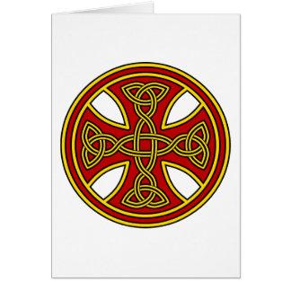 Rojo de la armadura del doble de la cruz céltica tarjeta de felicitación