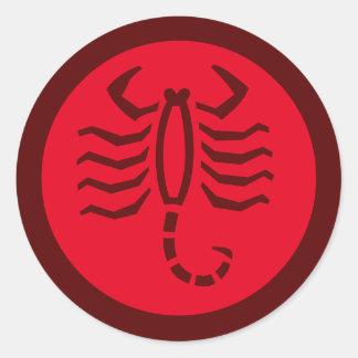 Rojo de la muestra del zodiaco del escorpión pegatina redonda
