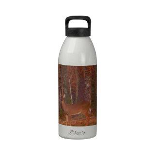 Rojo de los ciervos de la hierba verde y hojas de botellas de agua reutilizables