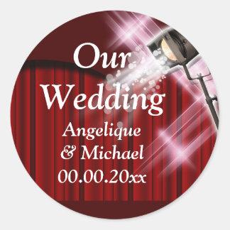 Rojo de los pares de la invitación del boda de pegatina redonda