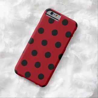 Rojo del arándano con el lunar negro funda de iPhone 6 barely there