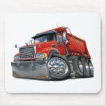 Rojo del camión volquete de Mack Alfombrillas De Ratones
