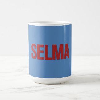 Rojo del Día-Selma de MLK en azul Taza Básica Blanca