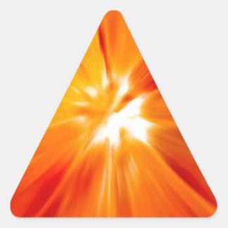 Rojo del resplandor solar y anaranjado originales pegatina triangular