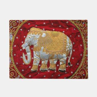 Rojo embellecido y oro del elefante indio felpudo