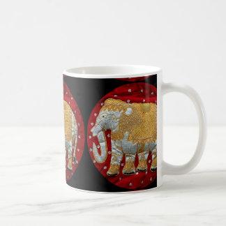 Rojo embellecido y oro del elefante indio taza clásica