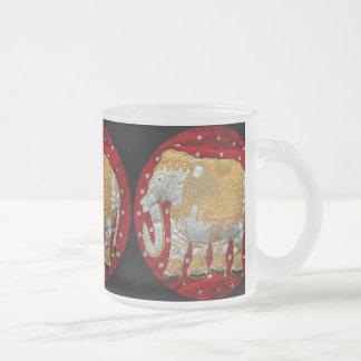 Rojo embellecido y oro del elefante indio taza de cristal
