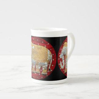 Rojo embellecido y oro del elefante indio taza de porcelana