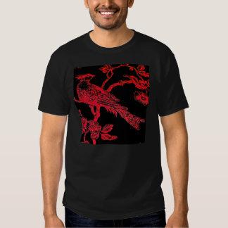 Rojo en la camiseta bosquejada negra del modelo poleras