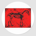Rojo esquelético del caballo etiquetas redondas