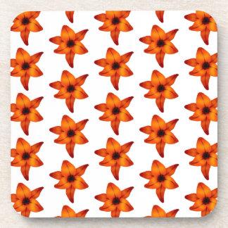 Rojo - flores anaranjadas del lirio en el fondo bl posavaso