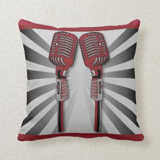 Rojo gemelo de la almohada de los micrófonos del