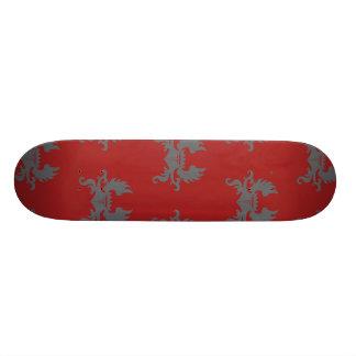 Rojo gris con alas del escudo de la corona skateboard