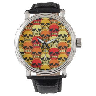 Rojo, naranja y amarillo del modelo del cráneo que reloj de mano