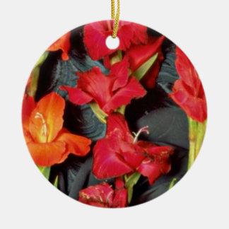 Rojo, naranja y flores del gladiolo del escarlata adorno redondo de cerámica