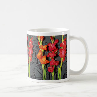 Rojo, naranja y flores del gladiolo del escarlata taza básica blanca