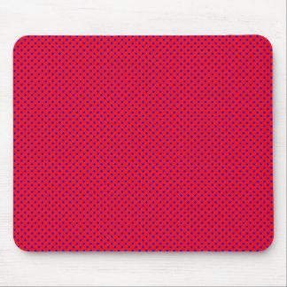 Rojo neto del modelo con el azul alfombrilla de raton